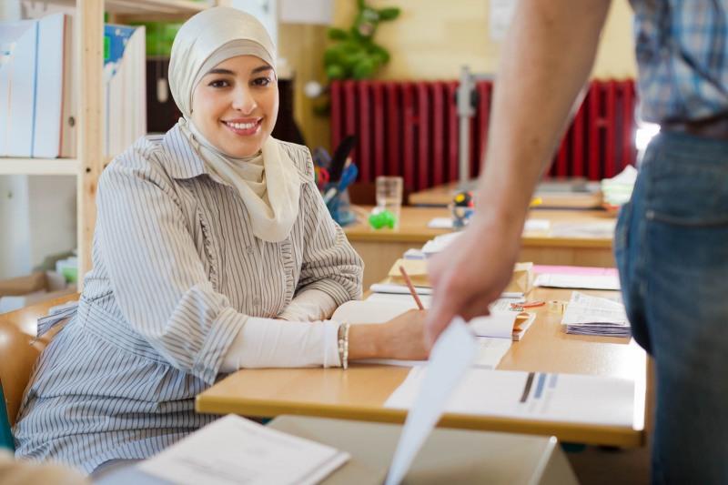 Farah Aidim (30) Muslimin und  Wahlhelferin im Wahlbezirk 42201, f.aidim@arcor.de ---> Aufgenommen am 25.03.12, im Wahllokal in der Ebelfeldschule, Praunheimer Hohl 4, Frankfurt a.M., von Christian Christes (FNP)