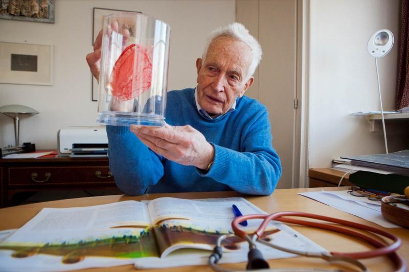 Prof. Kaltenbach erleutert an einem präperierten Herz die Auswirkungen des Fluglärms auf die Gesundheit der Anwohner ---> Aufgenommen am 26.03.12, im Büro des Professors,  Dreieich Buchschlag, von Christian Christes (FNP)