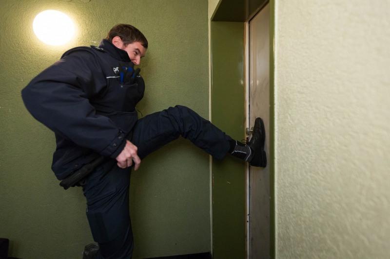 Die Polizei versucht die beschädigte Tür zu öffnen /Versuchter Einbruch in Zeilsheim -- Mit der SpuSi unterwegs - wir begleiten die Tatortgruppe Wohnungseinbruchsdiebstahl --- > Aufgenommen am 27. November 2012, in  Frankfurt am Main von Christian Christes (FNP)