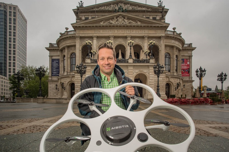 Bernd Schmidt wird mit seiner Aibotix Drohne das Wolkenkratzerfestival dokumentieren --> Aufgenommen am 13. Mai 2013, vor der Alten Oper in Frankfurt am Main, Innenstadt, von Christian Christes >> Veröffentlichung nur gegen Honorar zzgl. wSt, Tel: 0163 - 510 26 21, Mail: foto@wellenwerk.de