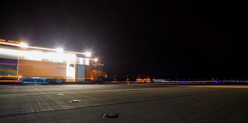 Sommerreportage: Nachts mit der Befeuerungswerkstatt auf der Nord-West Landebahn ---> Aufgenommen am 02. Juli 2013, Flughafen, Frankfurt am Main, Fraport, von Christian Christes >> Veröffentlichung nur gegen Honorar zzgl. wSt, Tel: 0163 - 510 26 21, Mail: foto@wellenwerk.de