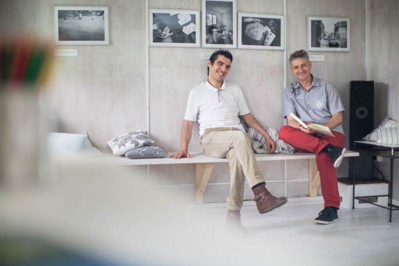 Ioannis Kaklamanos (32 Vors Verein Blaues Haus e.v) und Holger Volz treffen sich im Blauen Haus ---> Aufgenommen am 04. Juli 2013, Niederräder Ufer, Frankfurt am Main, Niederrad, von Christian Christes >> Veröffentlichung nur gegen Honorar zzgl. wSt, Tel: 0163 - 510 26 21, Mail: foto@wellenwerk.de