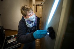 Natja Mc Pherson (KTA'in) sichert die Spuren bei einem versuchten Einbruch in Zeilsheim -- Mit der SpuSi unterwegs - wir begleiten die Tatortgruppe Wohnungseinbruchsdiebstahl --- > Aufgenommen am 27. November 2012, in  Frankfurt am Main von Christian Christes (FNP)